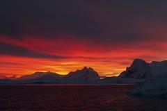 Βουνά της ανταρκτικής χερσονήσου κατά τη διάρκεια της ανατολής Στοκ Φωτογραφία