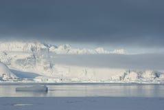 Βουνά της ανταρκτικής χερσονήσου που καλύπτεται με stratus τα σύννεφα Στοκ φωτογραφίες με δικαίωμα ελεύθερης χρήσης