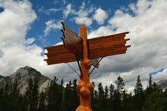 Βουνά της εθνικών κατεύθυνσης πάρκων Banff και του σημαδιού απόστασης Στοκ Εικόνες