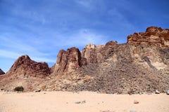 Βουνά της ερήμου ρουμιού Wadi γνωστής επίσης ως κοιλάδα του φεγγαριού Στοκ Φωτογραφίες