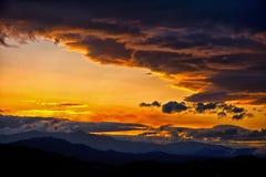βουνά της Κύπρου πέρα από τα troodos ηλιοβασιλέματος Στοκ Εικόνες