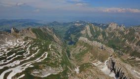 Βουνά της σειράς Alpstein στις αρχές του καλοκαιριού Λίμνη Seealpsee Στοκ εικόνα με δικαίωμα ελεύθερης χρήσης