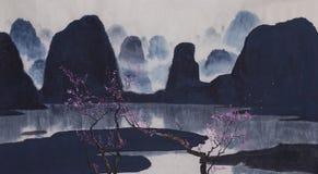 Βουνά της Misty και ανθίζοντας δαμάσκηνο Στοκ Εικόνες