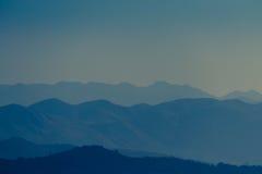 Βουνά της Misty στην ανατολή Στοκ εικόνα με δικαίωμα ελεύθερης χρήσης