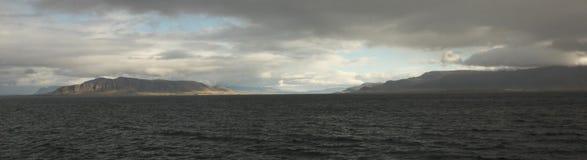 Βουνά τη νεφελώδη ημέρα στην Ισλανδία Στοκ Εικόνες