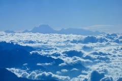 Βουνά του Ιμαλαίαυ στο Νεπάλ, άποψη του μικρού χωριού Braga στο κύκλωμα Annapurna Στοκ Εικόνες