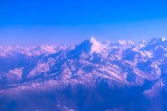 Βουνά του Ιμαλαίαυ στο Νεπάλ, άποψη του μικρού χωριού Braga στο κύκλωμα Annapurna Στοκ Εικόνα