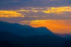 Βουνά του Ιμαλαίαυ στο Νεπάλ, άποψη του μικρού χωριού Braga στο κύκλωμα Annapurna Στοκ Φωτογραφία