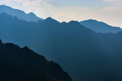 Βουνά το βράδυ, σκοτεινό mountainside με το φως βραδιού Στοκ φωτογραφία με δικαίωμα ελεύθερης χρήσης