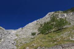 Βουνά των Άλπεων Apuan, μεταξύ Versilia και Garfagnana Κάτω από τα περάσματα αυτών των βουνών η οδική σήραγγα του περάσματος Vest στοκ εικόνες