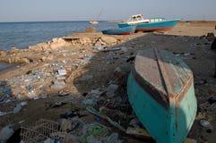 Βουνά των απορριμάτων στην παραλία μακρυά από τις παραθεριστικές πόλεις της Αιγύπτου Στοκ Εικόνες