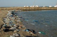Βουνά των απορριμάτων στην παραλία μακρυά από τις παραθεριστικές πόλεις της Αιγύπτου Στοκ Φωτογραφία