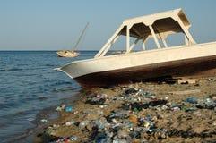 Βουνά των απορριμάτων στην παραλία μακρυά από τις παραθεριστικές πόλεις της Αιγύπτου Στοκ Εικόνα