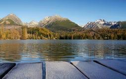 Βουνά φθινοπώρου με την αντανάκλαση στη λίμνη Στοκ Φωτογραφίες
