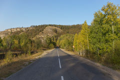 Βουνά φθινοπώρου, το σημάδι δρόμων με πολλ'ες στροφές Στοκ φωτογραφίες με δικαίωμα ελεύθερης χρήσης
