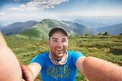 Βουνά φωτογραφιών selfie στο υπόβαθρο στοκ εικόνα με δικαίωμα ελεύθερης χρήσης