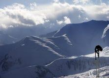 Βουνά φωτός του ήλιου βραδιού και εξοπλισμός σκι Στοκ φωτογραφίες με δικαίωμα ελεύθερης χρήσης