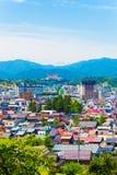 Βουνά φύσης εικονικής παράστασης πόλης Takayama που περιβάλλουν το Β Στοκ Φωτογραφία