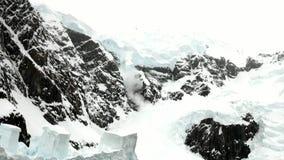 Βουνά χιονιού και επιπλέων πάγος πάγου στον ωκεανό της Ανταρκτικής απόθεμα βίντεο