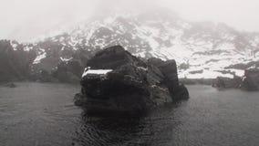 Βουνά χιονιού και πετρώδεις απότομοι βράχοι στην ομίχλη του αρκτικού ωκεανού Svalbard απόθεμα βίντεο
