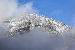 Βουνά χιονιού στο ηλιοβασίλεμα με την ομίχλη Στοκ εικόνα με δικαίωμα ελεύθερης χρήσης
