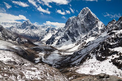 Βουνά Ama Dablam, Cholatse, αιχμή Tabuche στο πνεύμα μπλε ουρανού Στοκ Εικόνες