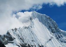 Βουνά BLANCA οροσειρών από τη διαδρομή Santa Cruz Στοκ Εικόνες