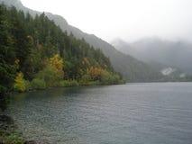 Βουνά Mistic από τη λίμνη Στοκ Εικόνες