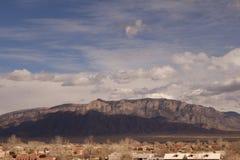 Βουνά Sandia με την ηλιοφάνεια και τα σύννεφα στοκ εικόνες