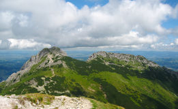Βουνά Tatra στην Πολωνία, τον πράσινο λόφο, την κοιλάδα και τη δύσκολη αιχμή στην ηλιόλουστη ημέρα με το σαφή μπλε ουρανό Στοκ εικόνες με δικαίωμα ελεύθερης χρήσης