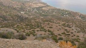 Βουνοπλαγιές και κοιλάδα από την κορυφή λόφων, Κρήτη, Ελλάδα απόθεμα βίντεο