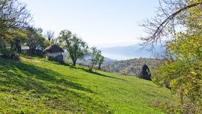 Βουνοπλαγιές ενός βουνού Miroc πέρα από το φαράγγι ποταμών και Djerdap Δούναβη και το εθνικό πάρκο Στοκ φωτογραφία με δικαίωμα ελεύθερης χρήσης