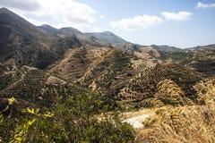 Βουνοπλαγιές πεζουλιών σε Polyrenia, Κρήτη, Ελλάδα Στοκ Εικόνα
