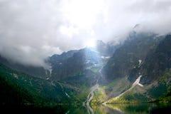Βουνοπλαγιές που φωτίζονται υπέροχα από τον ήλιο στοκ εικόνες