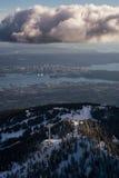 Βουνό αγριόγαλλων με το Βανκούβερ στο κέντρο της πόλης στο υπόβαθρο Στοκ εικόνες με δικαίωμα ελεύθερης χρήσης