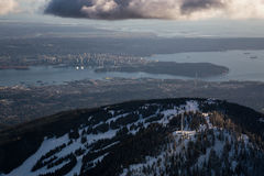 Βουνό αγριόγαλλων με το Βανκούβερ στο κέντρο της πόλης στο υπόβαθρο Στοκ Εικόνες