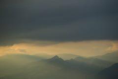 Βουνό κάλυψης σύννεφων Στοκ Φωτογραφίες