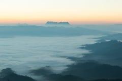 Βουνό κάλυψης υδρονέφωσης πρωινού Στοκ φωτογραφίες με δικαίωμα ελεύθερης χρήσης