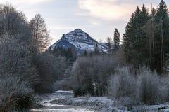 Βουνό και ένας ποταμός Στοκ Φωτογραφία