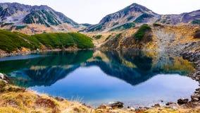 Βουνό και λίμνη στην αλπική διαδρομή της Ιαπωνίας Στοκ Εικόνα