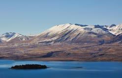 Βουνό και λίμνη στη λίμνη Tekapo Νέα Ζηλανδία Στοκ Εικόνες