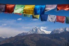 Βουνό και βουδιστικές σημαίες προσευχής στο Νεπάλ Στοκ Φωτογραφίες