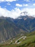 Βουνό και εθνικός δρόμος No.318 στην Κίνα, ο τρόπος χιονιού σε Lhasa, Θιβέτ Στοκ Φωτογραφίες