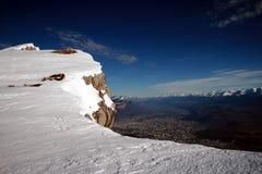 Βουνό και κοιλάδα κάτω από το χειμερινό χιόνι Στοκ Εικόνες