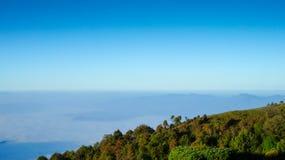 Βουνό και μπλε ουρανός Στοκ εικόνες με δικαίωμα ελεύθερης χρήσης