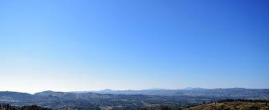 Βουνό και μπλε ουρανός στοκ εικόνες