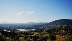 Βουνό και μπλε ουρανός στοκ φωτογραφίες με δικαίωμα ελεύθερης χρήσης