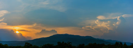 βουνό και ουρανός ηλιοβασιλέματος στο υπόβαθρο Στοκ Φωτογραφίες
