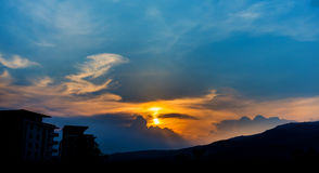 βουνό και ουρανός ηλιοβασιλέματος στο υπόβαθρο Στοκ εικόνα με δικαίωμα ελεύθερης χρήσης