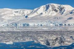 Βουνό και ο παγετώνας που απεικονίζεται στα ανταρκτικά νερά του ΝΕ Στοκ Εικόνες